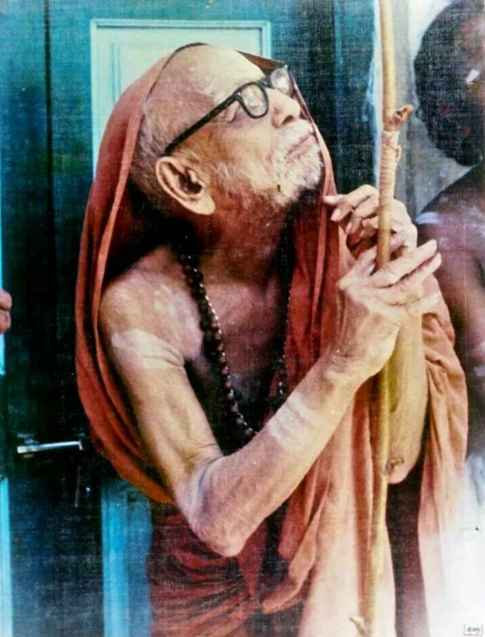 Periyava_praying_looking_up