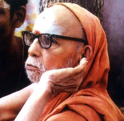 Periyava_with_left_hand_on_ear