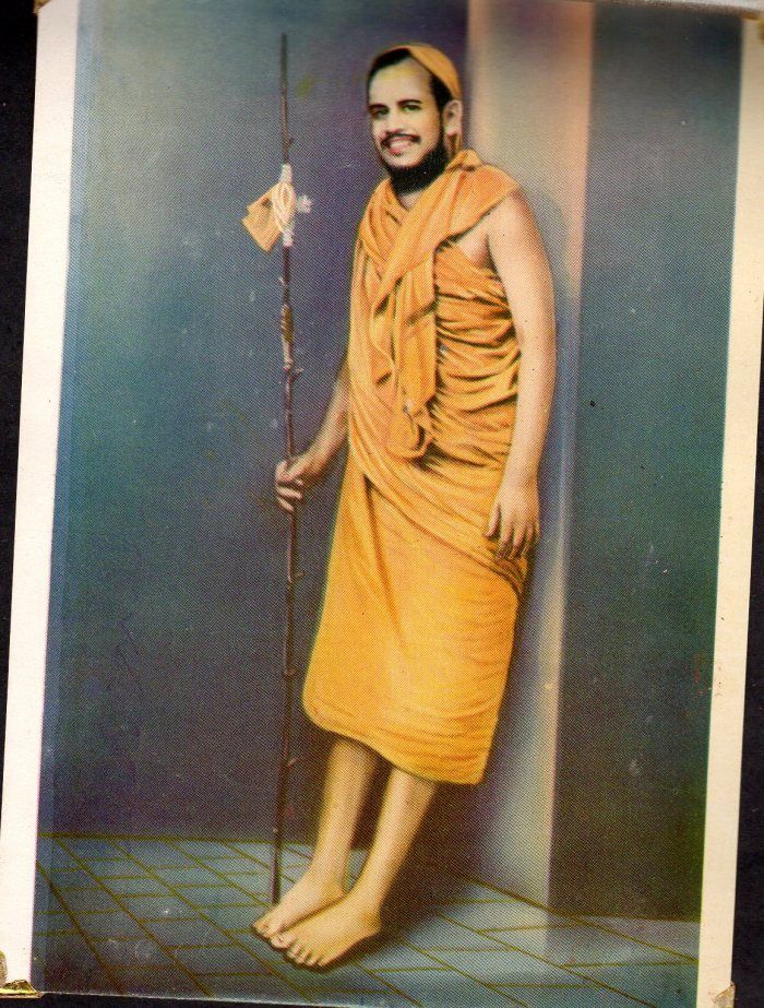 Pudhu_Periyava_leaning_on_wall