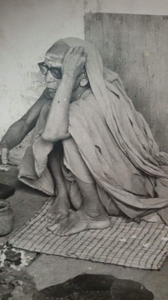 Periyava_hand_on_head_rare_bw