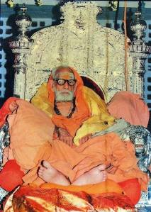 Periyava_on_silver_throne_padha_darshanam
