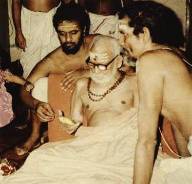 periyava-looking-at-something
