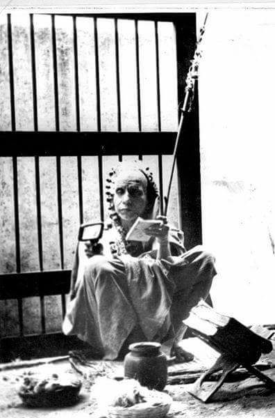 periyava-with-magnifier-rare