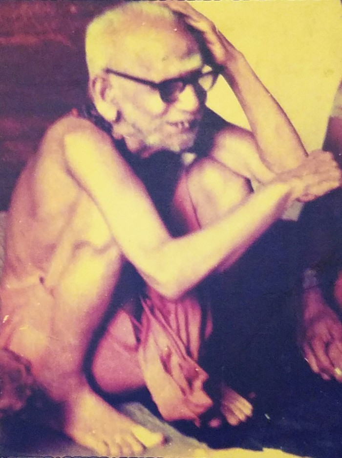 Periyava-smiling-with-hand-on-head
