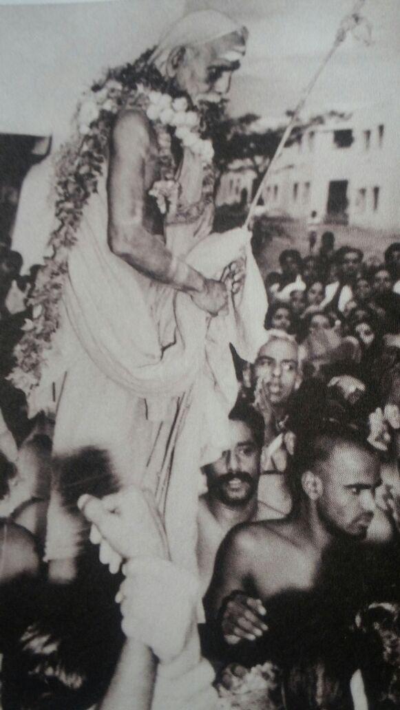Mahaperiyava-standing-looking-down