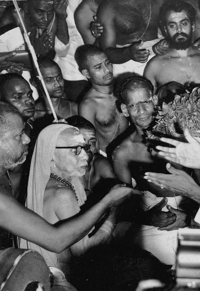 Mahaperiyava-among-crowd