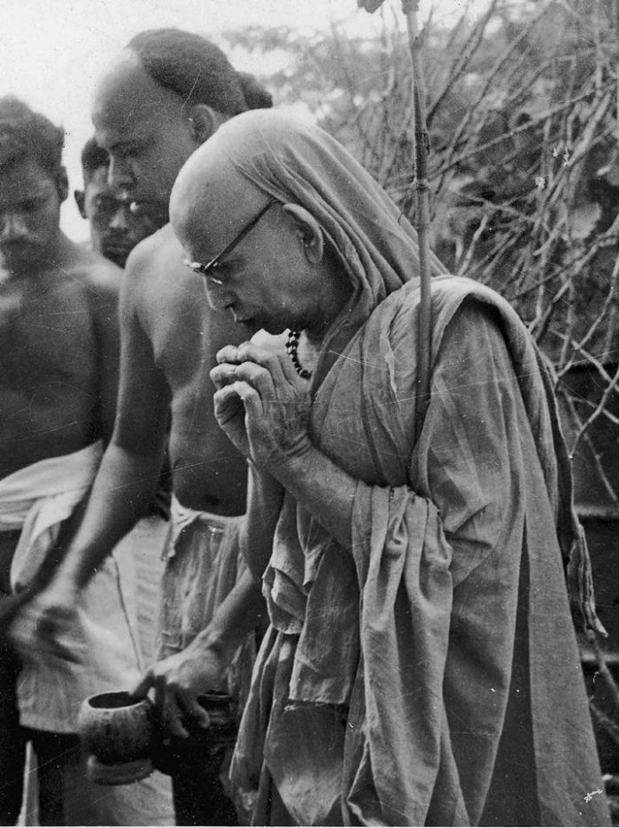 Periyava-looking-down