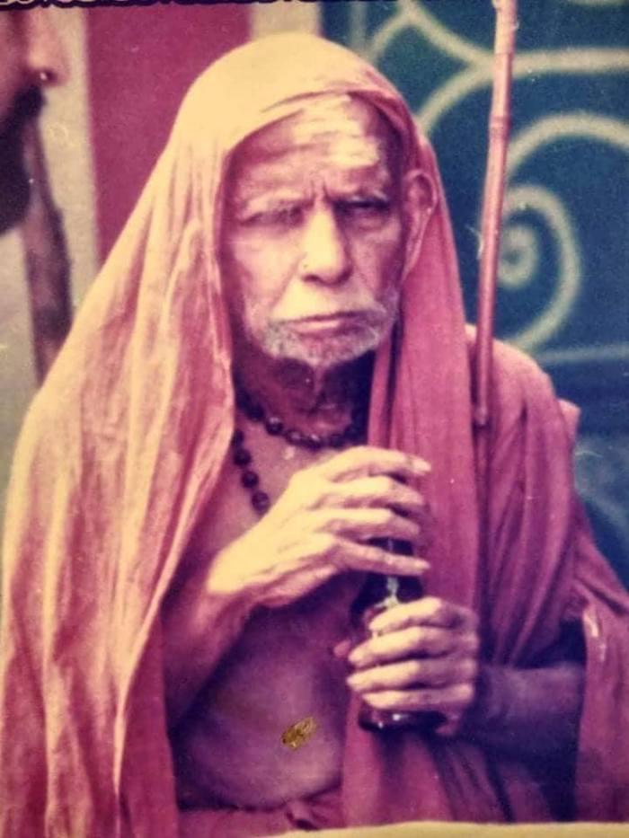 Mahaperiyava-rare-holding-hands